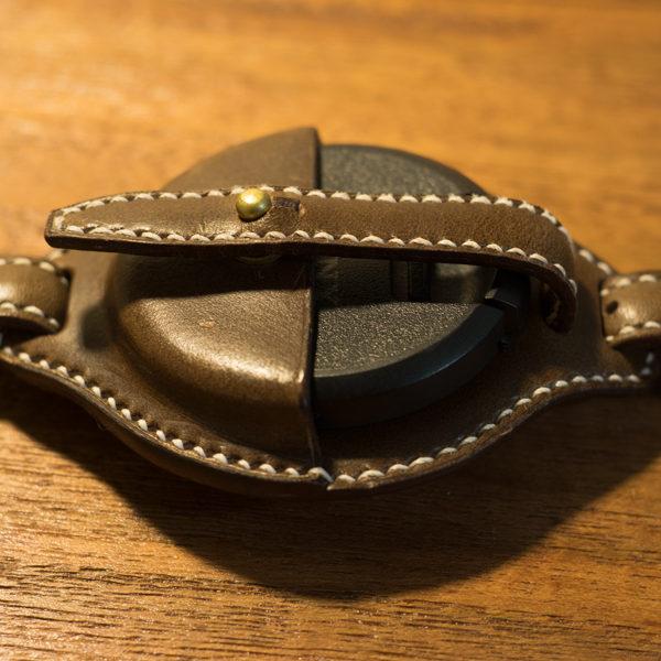 革のレンズキャップホルダー