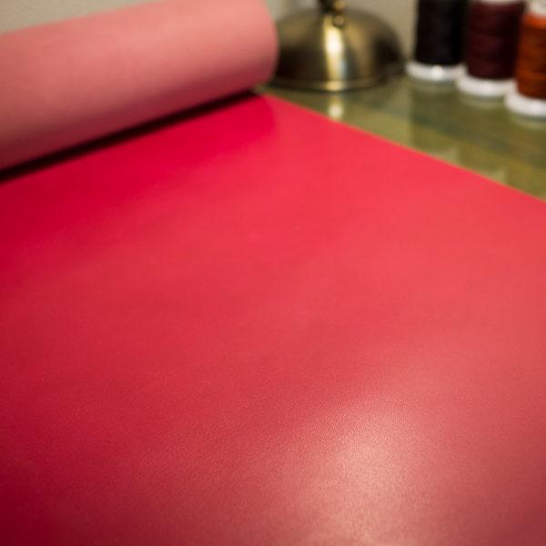 ピンクのヌメ革