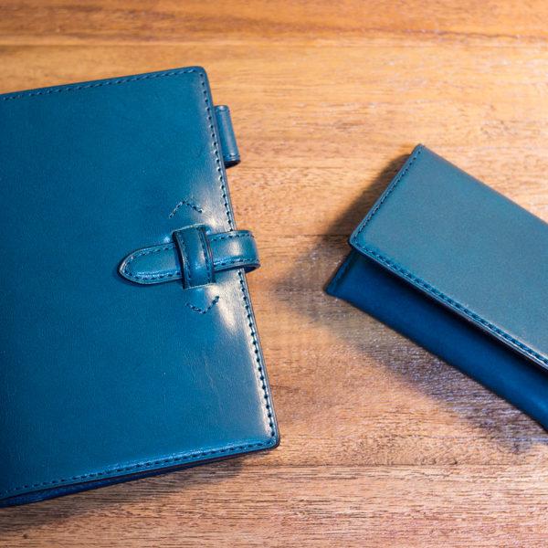 ブルーのシステム手帳と名刺入れ