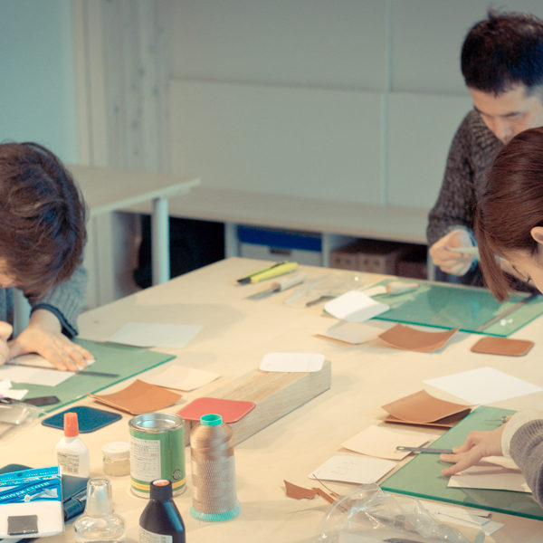 手縫いの革教室がスタートしました。第1回の様子。